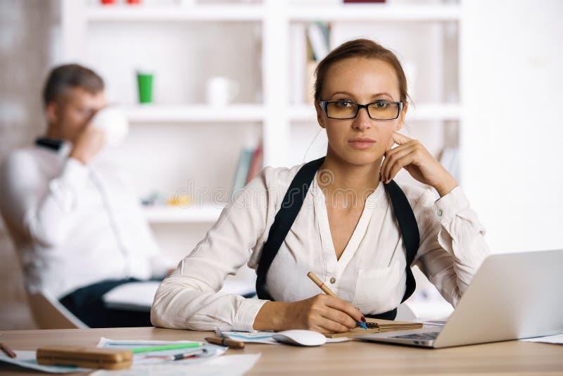 Nätt kvinna som gör skrivbordsarbete royaltyfria foton