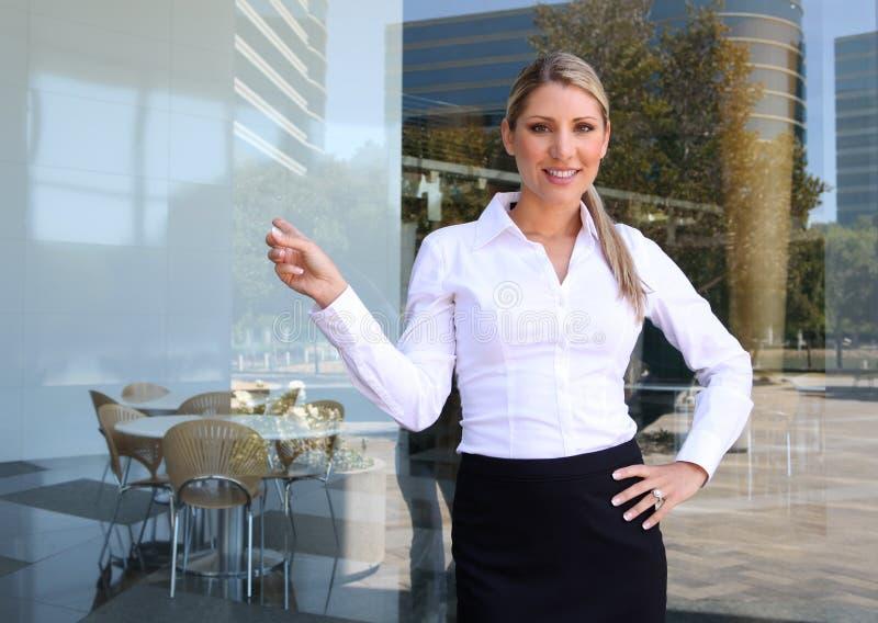 Nätt kvinna som ger presentation royaltyfri foto