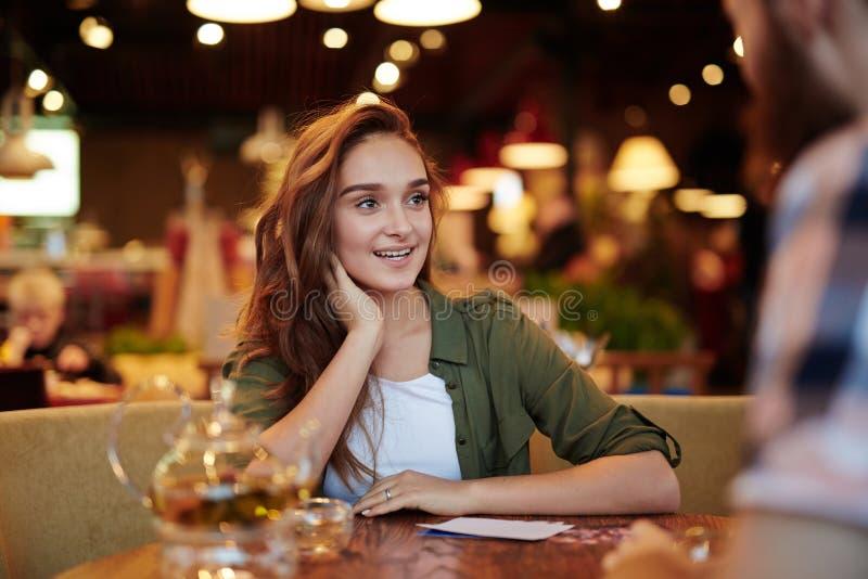 Nätt kvinna som har datumet i kafé royaltyfri bild