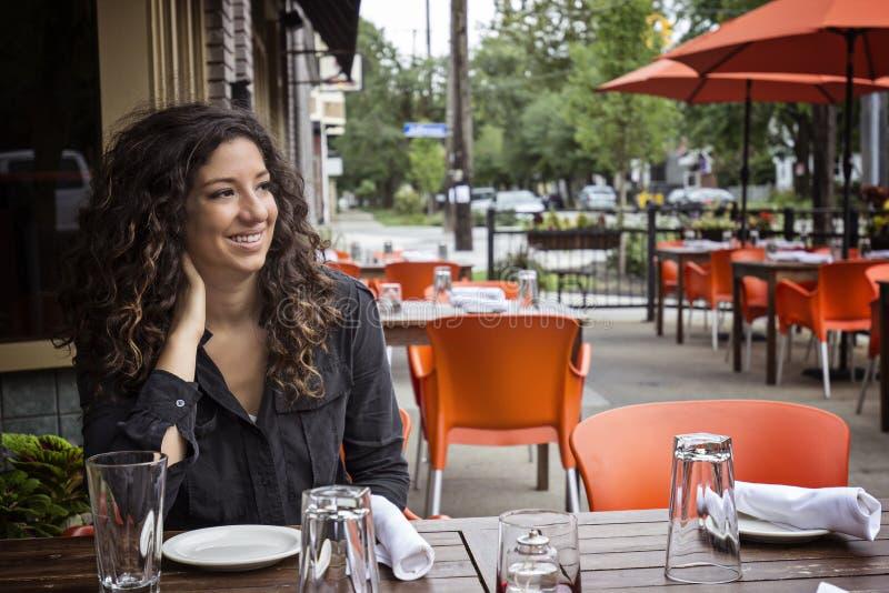 Nätt kvinna som placeras på utomhus- kafébistroer royaltyfri bild