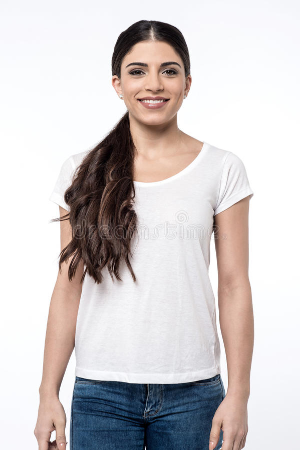 Nätt kvinna som poserar över vit royaltyfria foton