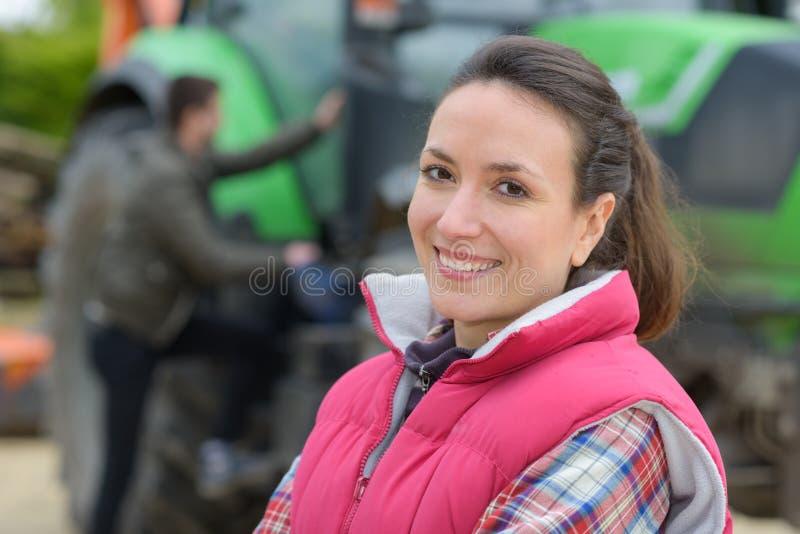 Nätt kvinna som poserar den främsta traktoren fotografering för bildbyråer