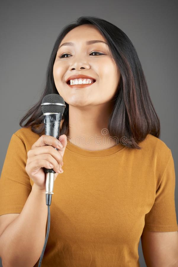 N?tt kvinna som sjunger s?ng fotografering för bildbyråer