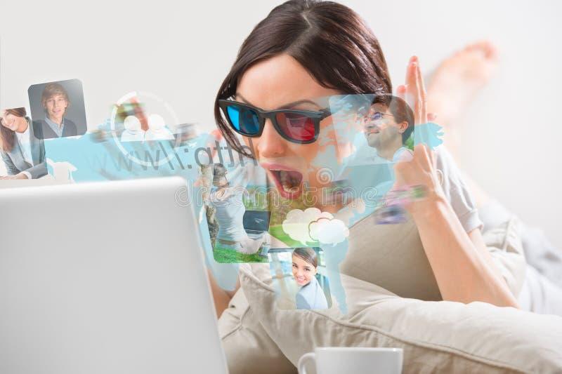 Nätt kvinna som surfar på rengöringsduk med den moderna bärbara datorn arkivfoto