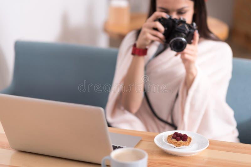 Nätt kvinna som tar bilder av mat arkivbilder