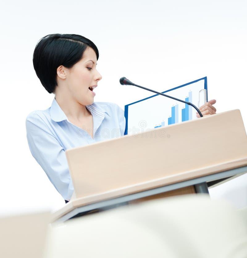 Nätt kvinnaanförandetillverkare på podiet arkivbild