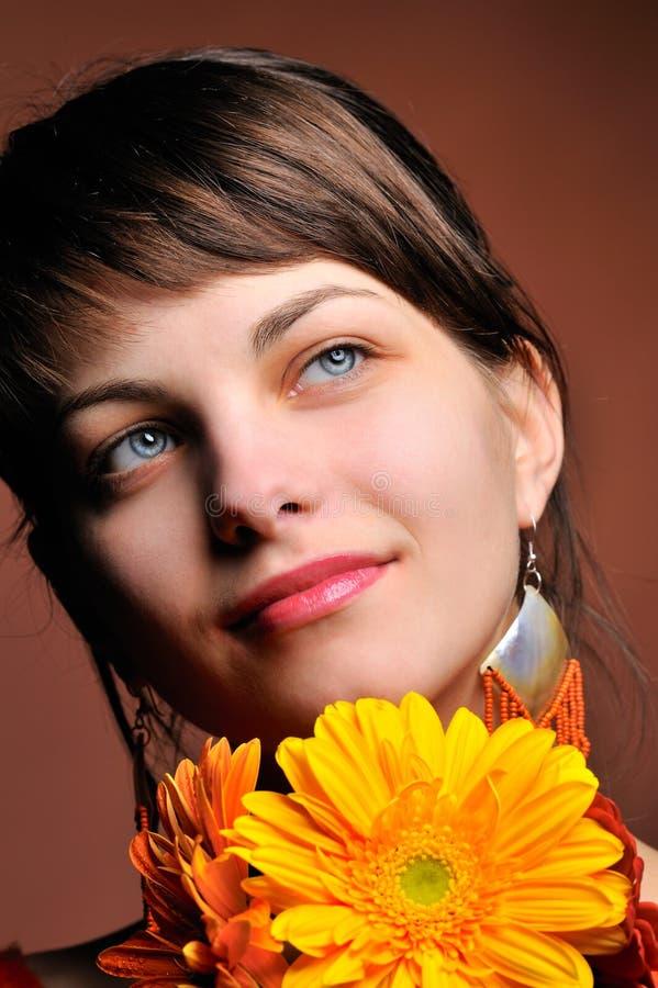 nätt kvinnabarn för blomma royaltyfria foton