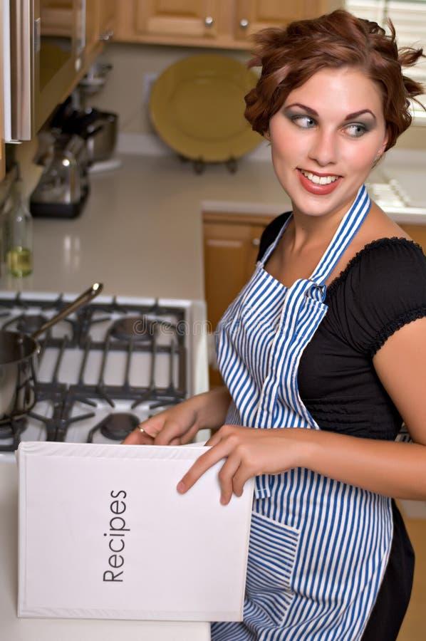 nätt kvinnabarn för kök arkivfoto