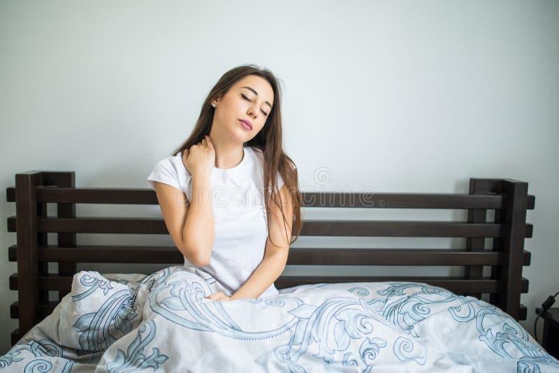 Nätt kvinnalidande från hals smärtar hemma i sovrummet royaltyfri foto