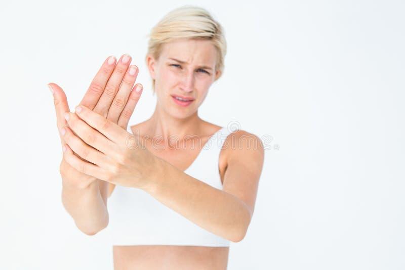 Nätt kvinnalidande från handen smärtar royaltyfri foto