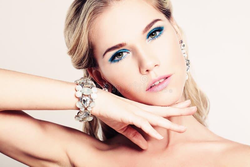 Nätt kvinnamodemodell med makeup royaltyfria bilder