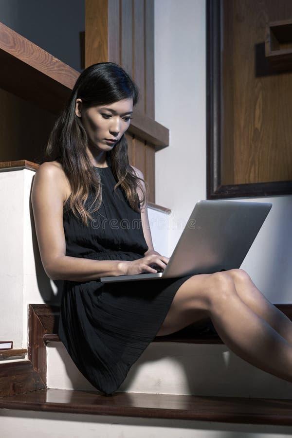 nätt kvinnaworking för bärbar dator arkivfoto