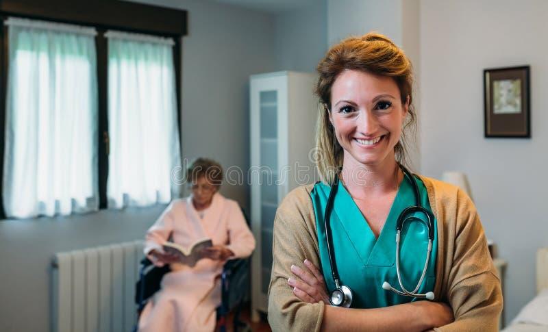 Nätt kvinnlig doktor som poserar i en geriatrisk klinik arkivfoto