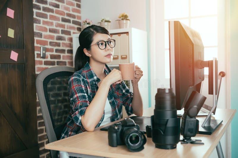 Nätt kvinnlig fotograf för fotomaterielföretag royaltyfri bild