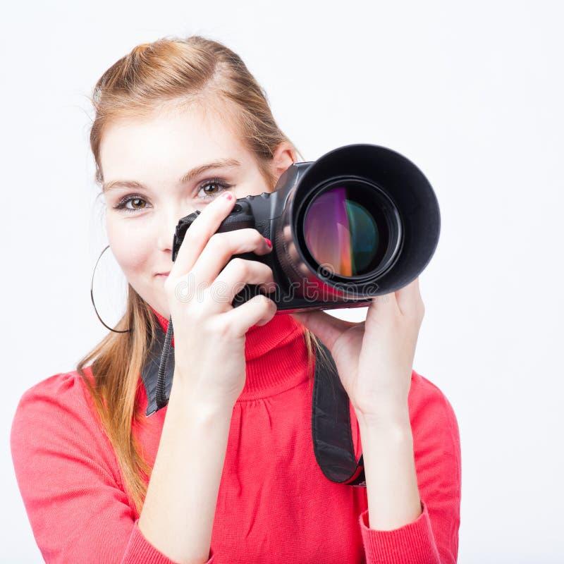 Nätt kvinnlig fotograf med hennes digitala kamera royaltyfri bild