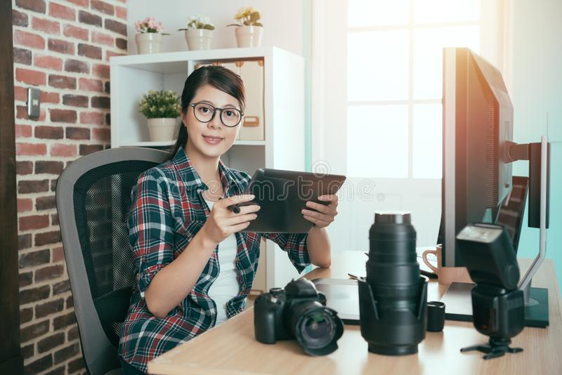 Nätt kvinnlig fotografframsida till kameran arkivbild