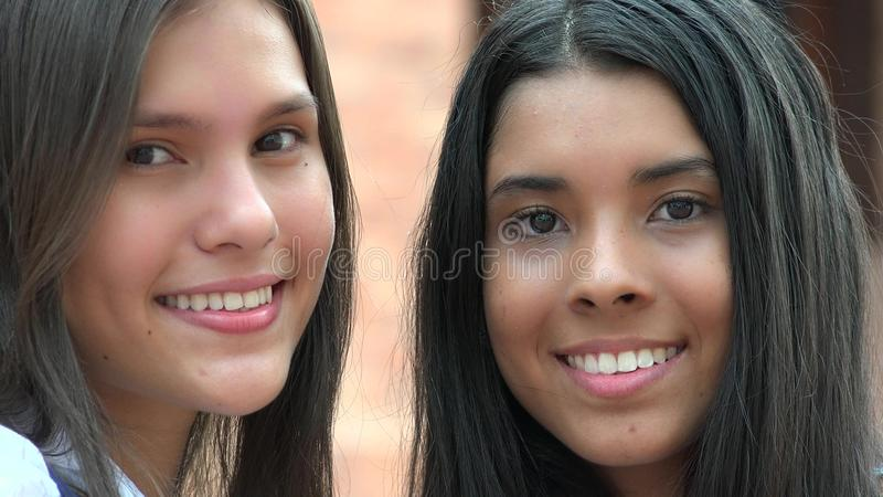 Nätt kvinnlig tonår som ler mångfald royaltyfri bild