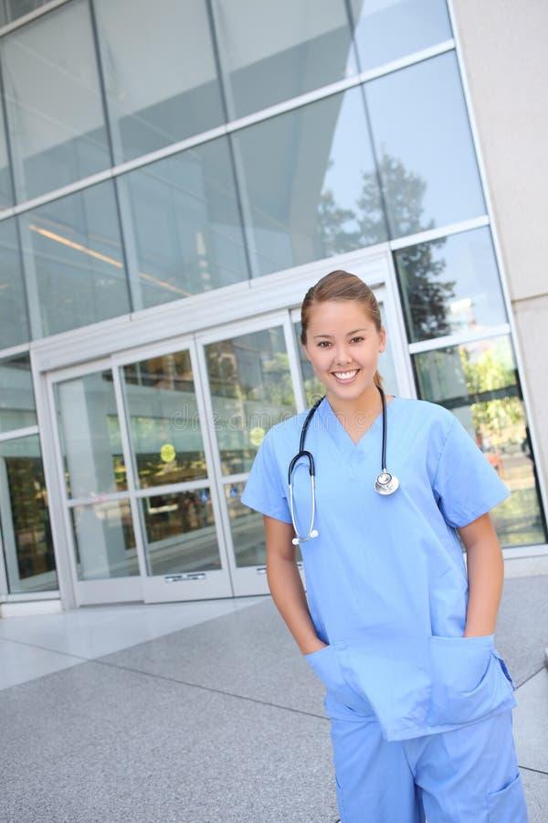 nätt kvinnligsjukhussjuksköterska arkivbilder