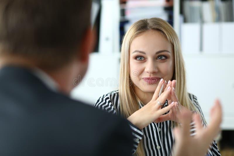 Nätt kvinnligt i mötesrum royaltyfri bild