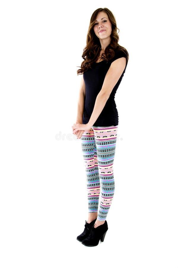 Nätt kvinnligt modellanseende i färgrik damasker arkivbild