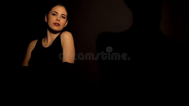 Nätt kvinnligt posera för kamera mot svart bakgrund, sinnlig dans, utgör royaltyfria foton