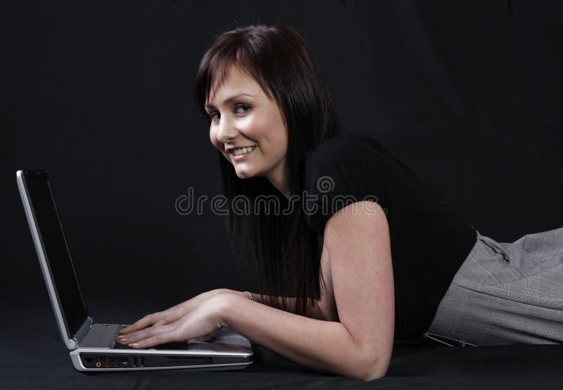 Nätt kvinnor som använder bärbar dator royaltyfri bild