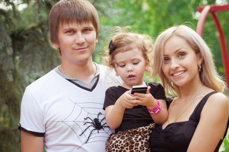 Nätt le familj och dotter arkivfoto
