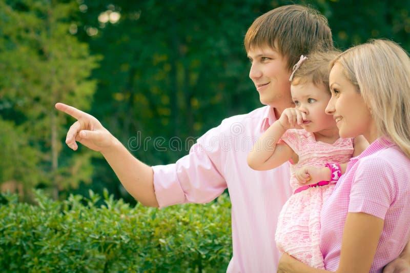 Nätt le familj och dotter royaltyfri foto