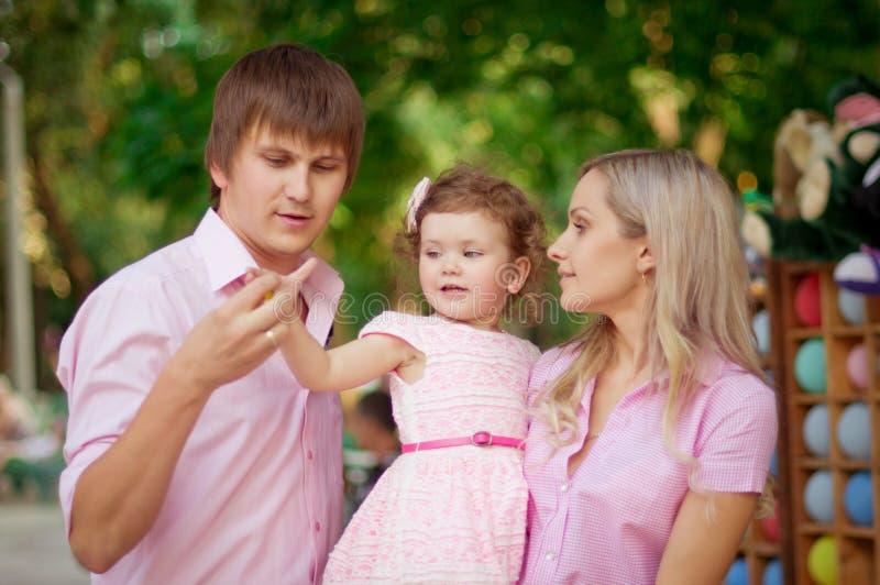 Nätt le familj och dotter royaltyfri fotografi