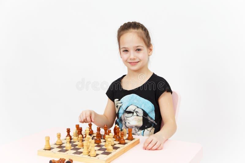 Nätt le flickalekschack på vit bakgrund arkivfoto