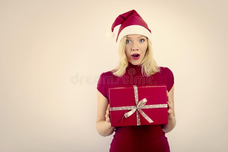 Nätt le kvinna med julgåvan royaltyfria foton
