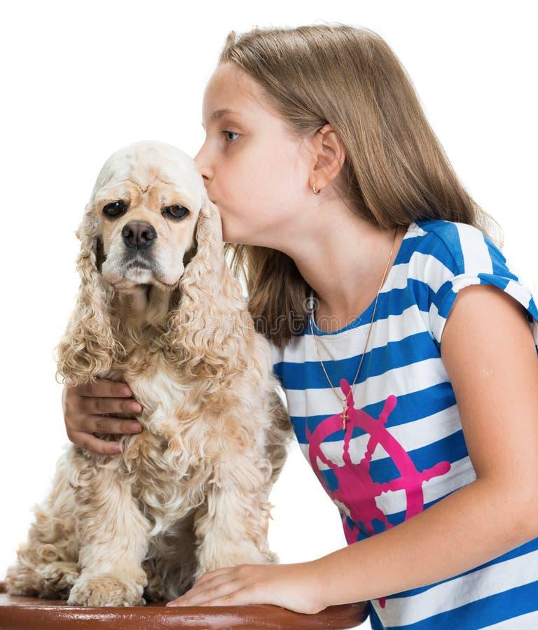 Nätt le kyssande amerikansk spaniel för flicka arkivbilder