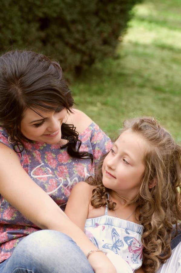 Nätt le moder och dotter arkivfoto