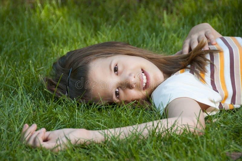 nätt le tonårs- barn för flicka royaltyfria bilder