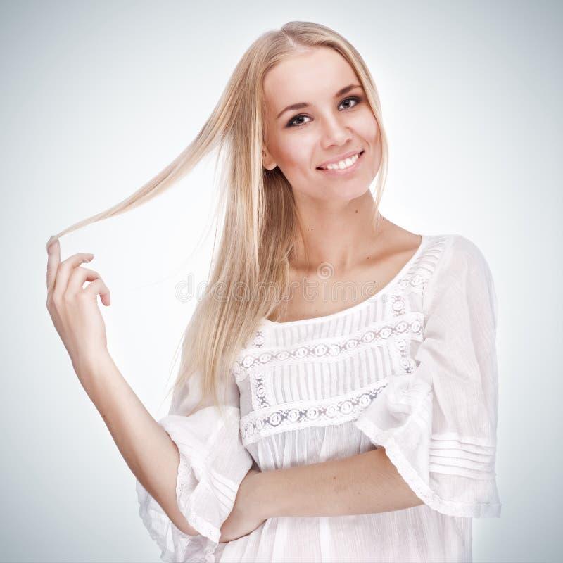 nätt leende för härlig flicka royaltyfri foto