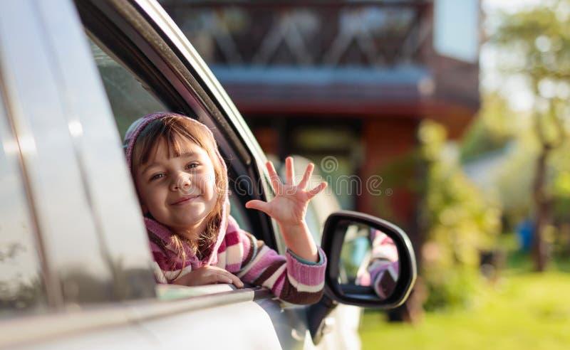 Nätt liten flicka i bilen arkivfoton