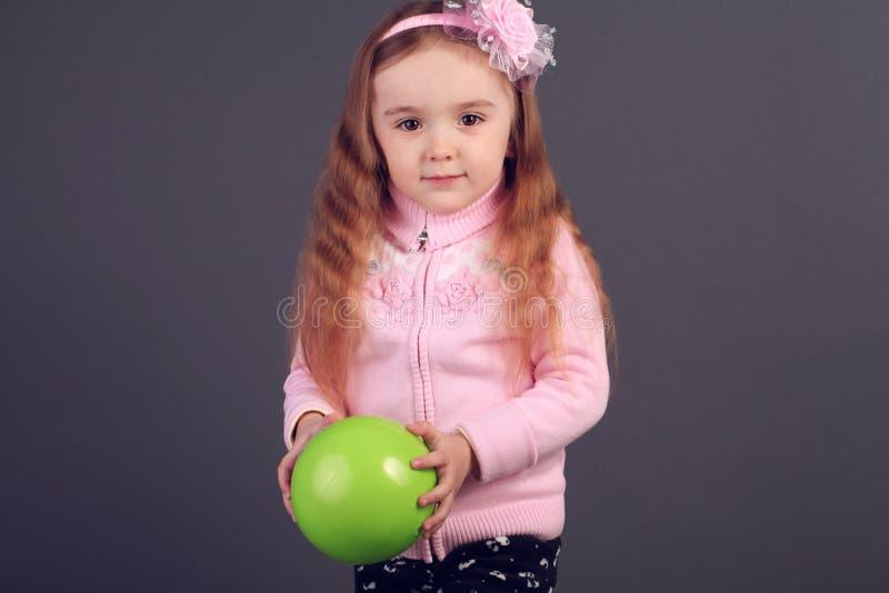 Nätt liten flicka i studion arkivbild