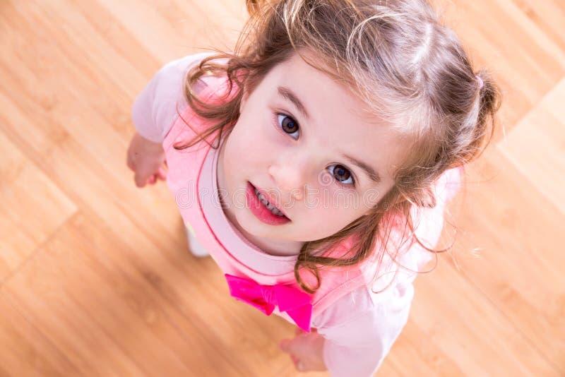 Nätt liten flicka med att bönfalla ögon arkivbild
