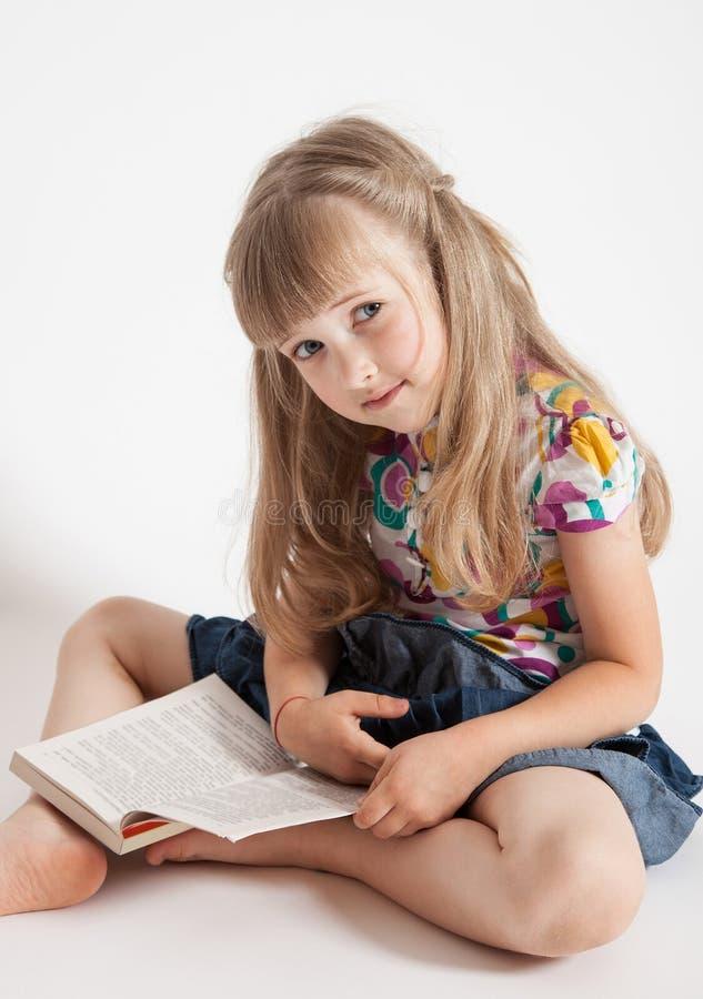 Nätt liten flicka med en bok arkivbilder
