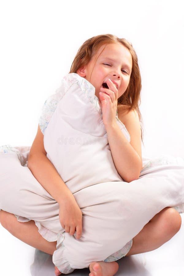 Nätt liten flicka med en kudde arkivfoto