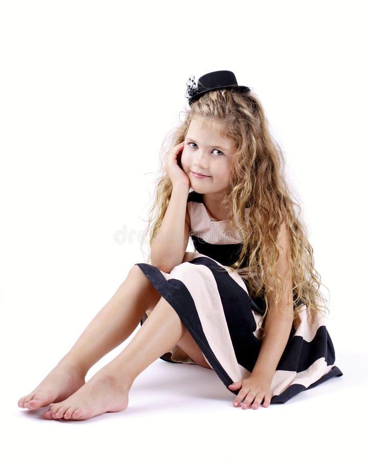 Nätt liten flicka med långt lockigt hår royaltyfri bild