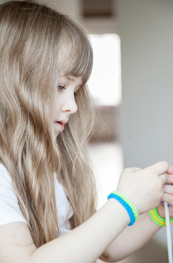 Nätt liten flicka som hemma spelar royaltyfria bilder
