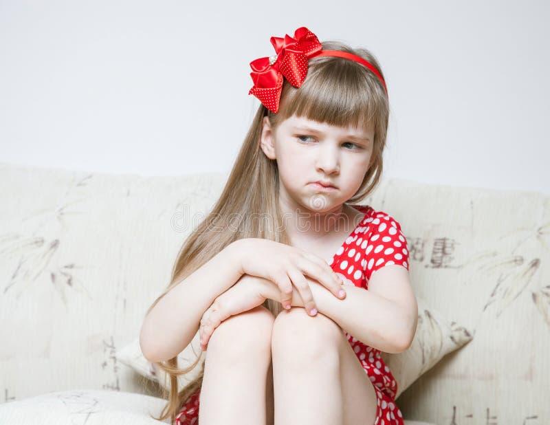 Nätt liten flicka som suspiciously ser royaltyfria foton