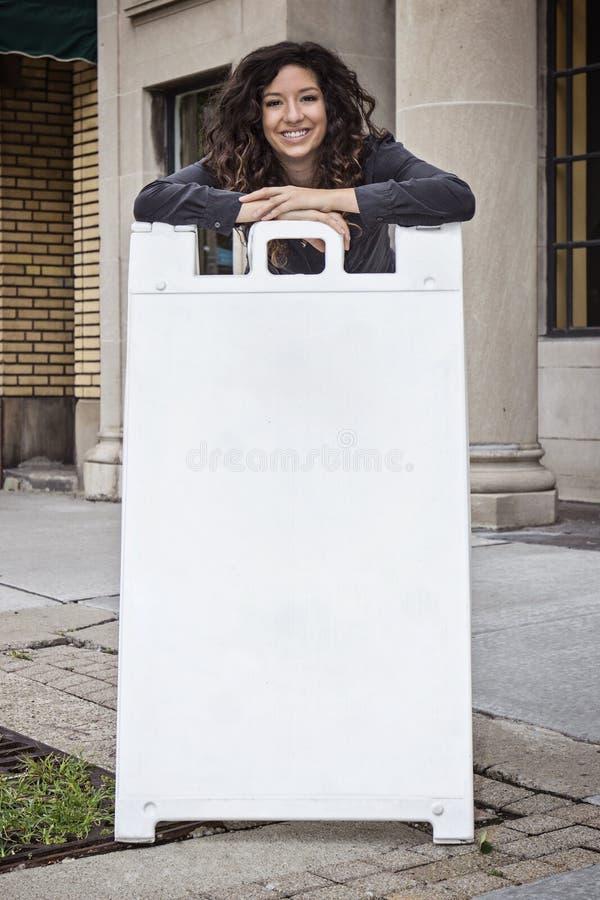 Nätt lockig Haired kvinna med smörgåsbrädet arkivfoton
