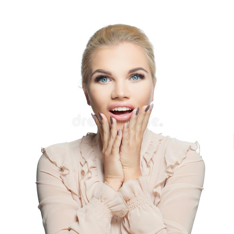 Nätt lycklig upphetsad kvinna som isoleras på vit bakgrund Förvånad flicka med den öppnade munnen, kvinnlig framsidacloseup arkivfoto