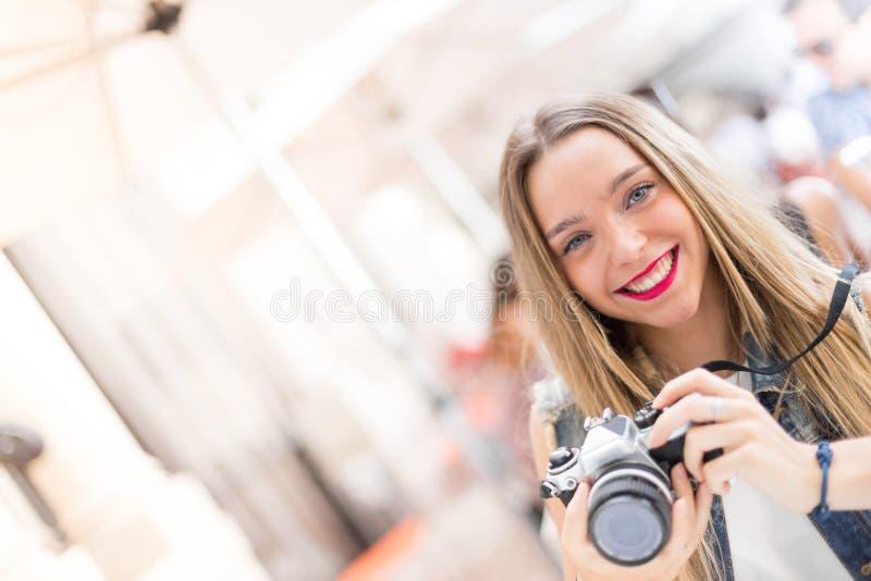 Nätt millennial tonåring utomhus i staden med en beträffande tappning royaltyfri bild