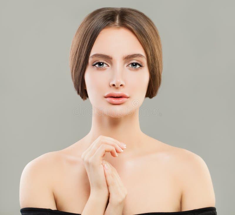 Nätt modellkvinna med klar hud och sunt hår Skincare och ansikts- behandlingbegrepp arkivfoton