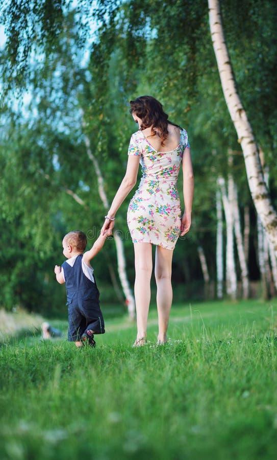 Nätt moder på gå med barnet royaltyfri foto