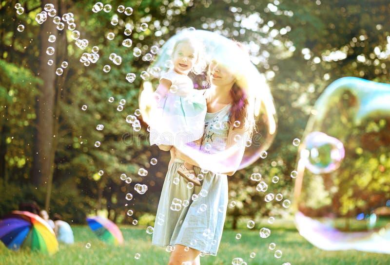 Nätt moder som har en stor lunta med hennes dotter royaltyfri bild
