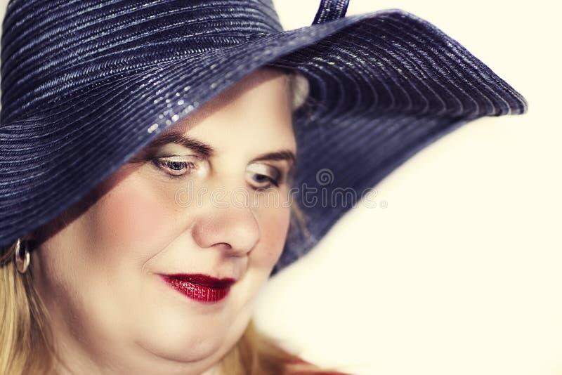 Nätt mogen kvinna i en hatt arkivfoto